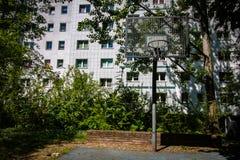 Patio del baloncesto para los jóvenes en Berlin Marzahn, Alemania foto de archivo