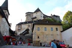 Patio del castillo de Orava, Eslovaquia imagenes de archivo