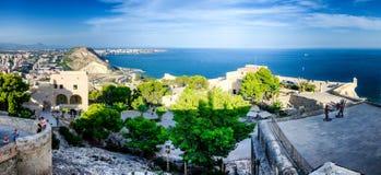 Patio del castillo Santa Barbara y del mar en el horizonte, Alicante, España Fotografía de archivo libre de regalías
