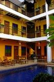 Patio del hotel con la piscina Imagenes de archivo