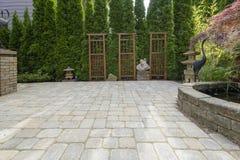 Patio del lastricatore del cortile con lo stagno in giardino Immagine Stock Libera da Diritti