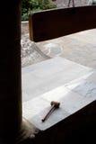 Patio del monasterio con el martillo de madera Imagen de archivo libre de regalías