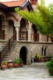 Patio del monasterio en Meteora, Grecia Imagenes de archivo