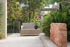 Patio del patio trasero en jardín Imagen de archivo libre de regalías