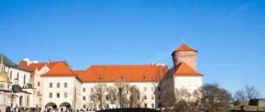 Patio del renacimiento de Wawel real en Cracovia, Polonia Los turistas visitan un patio del Wawel imagen de archivo