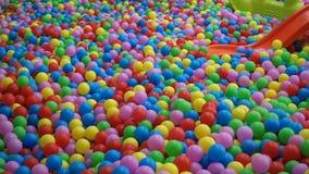 Patio del ` s de los niños cubierto con las bolas coloridas metrajes
