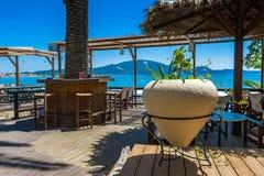 Patio del ` s del restaurante con la opinión del mar Fotografía de archivo libre de regalías