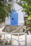 Patio delante de la pequeña capilla ortodoxa griega tradicional Agios Nicolás Crete, Grecia foto de archivo libre de regalías