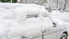 Patio después de nevadas pesadas El coche, cubierto con la capa gruesa de nieve Lado derecho foto de archivo