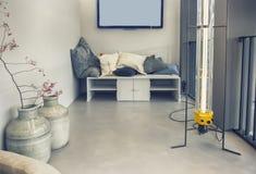 Patio domestico con la mobilia di progettazione immagine stock libera da diritti