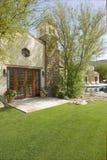 Patio e giardino nella parte posteriore della casa moderna fotografie stock libere da diritti