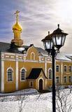 Patio en el monasterio Rusia del serafín-Diveevsky de la trinidad santa en un día de primavera soleado imagenes de archivo