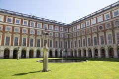 Patio en Hampton Court Palace que fue construido originalmente para Thomas Wolsey cardinal 1515, más adelante foto de archivo libre de regalías