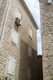 patio en la ciudad vieja de Budva y pared de piedra con sh de madera cerrado fotografía de archivo