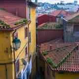 Patio en la ciudad vieja de Oporto, Portugal Configuración Imagen de archivo
