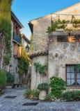 Patio en la ciudad vieja en Francia Fotos de archivo libres de regalías