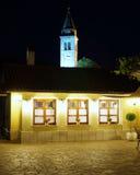 Patio en la noche con la iglesia en el fondo Foto de archivo libre de regalías