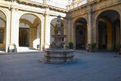 Patio en la universidad de Sevilla Fotos de archivo libres de regalías