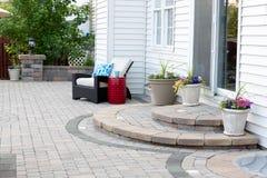 Patio en pierre de maison de luxe avec des étapes à la porte arrière Photographie stock