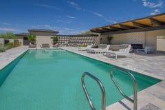 Patio et piscine extérieurs à la maison de plaza de manoir image stock