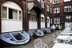 Patio extérieur des bâtiments d'un logement de brique rouge Photo libre de droits
