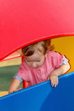 Patio exterior que juega peculiar del autismo de niños, niño en el parque, niñez Foto de archivo