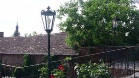 Patio histórico Casa histórica con las flores hermosas y las luces históricas almacen de video