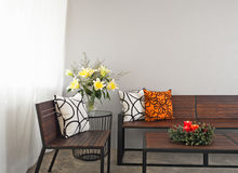 Patio hol z ogrodowym ławki i nastania wiankiem obraz royalty free