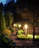 Patio iluminado de la trayectoria del jardín Fotografía de archivo