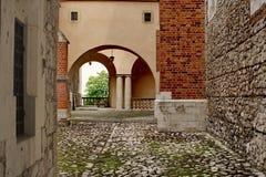 Patio incluso quadrato con l'arco ed i mura di mattoni Immagini Stock