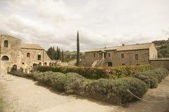 Patio interno con la abadía de la vivienda del patio interno de Antimo Castelnuovo Abate Montalcino Siena Toscana Italia del ` de Imágenes de archivo libres de regalías