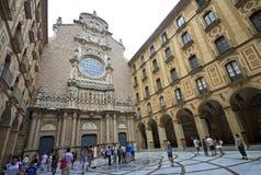 Patio interno de la iglesia en la abadía benedictina Santa Maria de Montserrat en Monistrol de Montserrat, España Fotografía de archivo