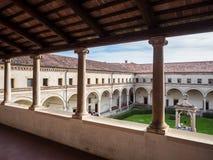 Patio interno del claustro de la abadía de Carceri Imagen de archivo libre de regalías