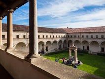 Patio interno del claustro de la abadía de Carceri Foto de archivo libre de regalías