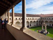 Patio interno del claustro de la abadía de Carceri Imagenes de archivo