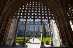 Patio interno del jardín del monasterio de Batalha, Portugal Es un convento dominicano en la parroquia civil de Batalha, de Portu Imagen de archivo libre de regalías