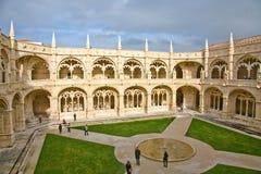 Patio interno del monasterio de Hieronymites (DOS Jerónimos de Mosteiro) Imágenes de archivo libres de regalías