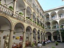Patio italiano en Lviv en Europa Oriental fotografía de archivo