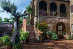Patio italiano in vecchio villaggio Pitigliano Immagini Stock Libere da Diritti