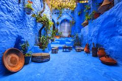 Patio marroquí fantástico hermoso en Chefchaouen fotografía de archivo