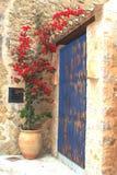 Patio mediterráneo rústico con las flores florecientes Fotografía de archivo libre de regalías