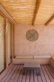 Patio mit Adobe-Wand-und Möbel-Vertikale Lizenzfreie Stockfotos