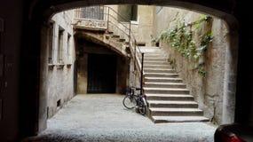 Patio mit altem Fahrrad lizenzfreie stockfotos