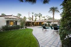 Patio mit Pool in Front Of Modern House Lizenzfreie Stockfotografie