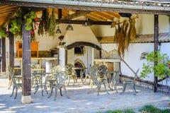 Patio mit Steinofen mit Eisentabelle und Stuhl und dekoratives p stockfotos