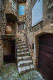 Patio mit Tür, Treppe und Fenstern Stockfotografie