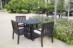 Patio mit Tabelle und Stühlen stockfotos