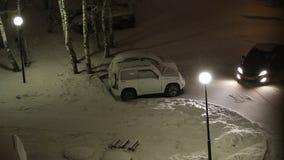 Patio nevado en la tarde Visión desde almacen de metraje de vídeo