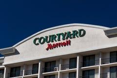 Patio por exterior y el logotipo del motel de Marriot Fotografía de archivo