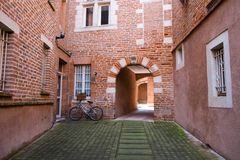 Patio reservado en la ciudad de Albi, Francia Fotos de archivo libres de regalías